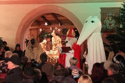 Bild Nikolaus an der großen Krippe...