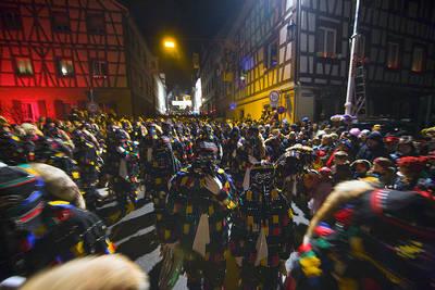 Traditioneller Hnselejuck mit bengalischer Beleuchtung in der Altstadt