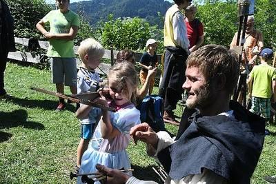 BURGerLEBEN - Graf Heinrich empfängt Gäste an seiner Rittertafel.