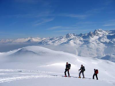 Skitourengänger im Aufstieg zum Gipfel. (© Guido Buchs)
