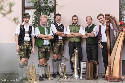 Volksmusik im Brunnenhof mit De Boarische Bris