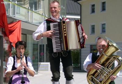 Volksmusik im Brunnenhof mit den Heufelder Musikanten