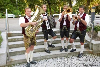 Volksmusik im Brunnenhof mit den Heuberg Boarischen