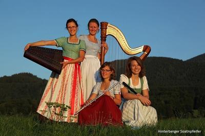 Volksmusik im Brunnenhof mit den Hinterberger Soatnpfeifern
