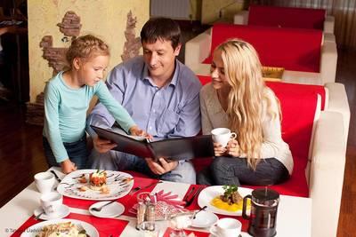 Familie beim Essen. (© Tatyana Gladskih  fotolia.com)