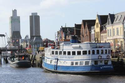 Das Restaurantschiff MS Nordertor im Husumer Hafen. (© Tourismus und Stadtmarketing Husum GmbH)
