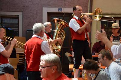 musikalische Unterhaltung an den Stnden der Vereine. (© Stadt Engen)