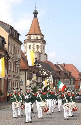 Bild Fronleichnam - Eucharistiefeier im Klosterhof mit Prozession, Blumenteppichen und Aufmarsch der Bürgergarde