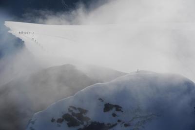 TÃÂdi Gipfelkreuz und Seilschaft im Nebel © Maya Rhyner