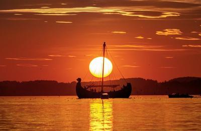 Fahrt in den Sonnenuntergang mit dem originalen Wikingerschiff FREYA