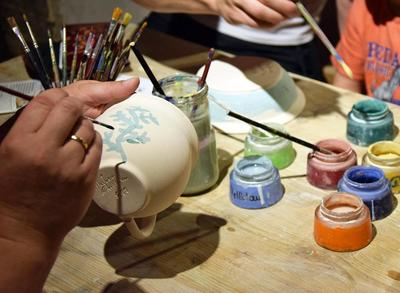 Offene Werkstatt Geschirr aus Ton bemalen