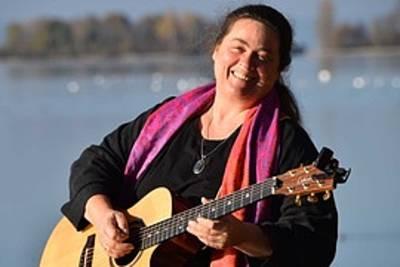 Konzert zum Mitsingen und Zuhören mit der Liedermacherin IRIA