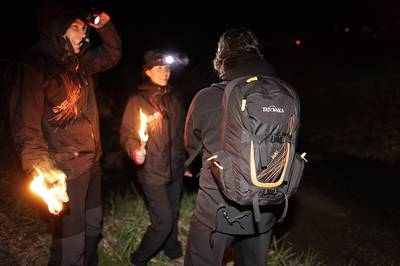 Menschen mit Fackeln in der Nacht. (© Rothaarsteigverein e.V.  Tatonka)
