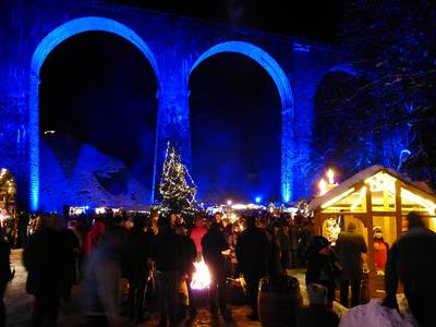 Fackelwanderung: zum Weihnachtsmarkt in der Ravennaschlucht. (© Schneeschuhakademie)
