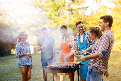 Grillbuffet im Park. (© Adobe Stock)