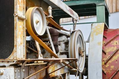 istorische Vorführungen im Innenhof vom Auto & Traktor Museum. (© Auto & Traktor Museum )