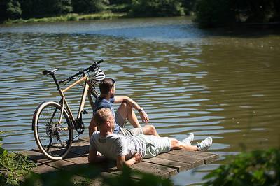 E-Bike-Fahrer am Würzbacher Weiher. (© Saarpfalz-Touristik, Manuela Meyer)