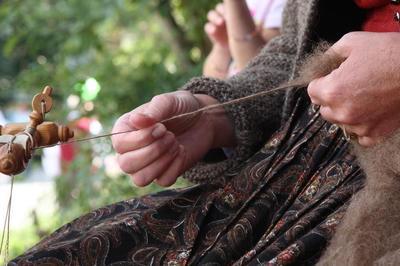 Handwerksvorführung: Wolle spinnen